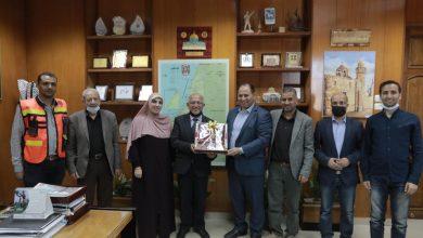 صورة وفد من منتدى الإعلاميين يبحث مع بلدية غزة آفاق التعاون المشترك