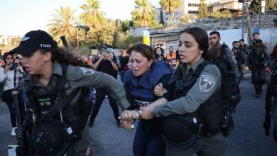صورة قوات الاحتلال تعتقل جيفارا البديري بعد الاعتداء عليها بحي الشيخ جراح