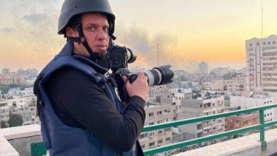 صورة مصور من غزة يفوز بجائزة أفضل مصور حربي